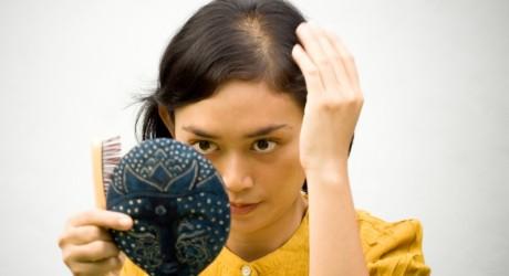 Olio di una pesca di proprietà e applicazione per capelli