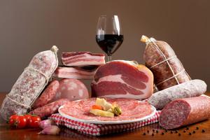 Insaccati e carne rossa tra gli agenti cancerogeni